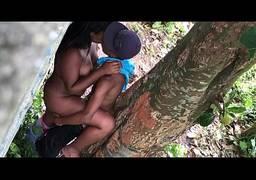 Gostosa putinha e vagabunda fazendo sexo no mato