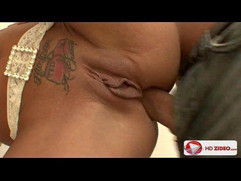 Mulher tatuada arrombada por amante na frente de marido
