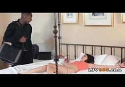 Negão encontrou a sua sobrinha peladinha na cama