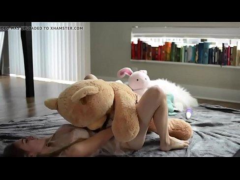Peituda sexy do cabelo curto sentando no brinquedinho