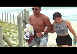 Sexo público na praia casal de novinhos metendo