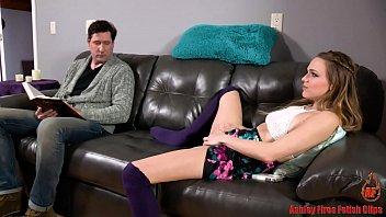 Siririca na frente do pai termina em sexo oral quente