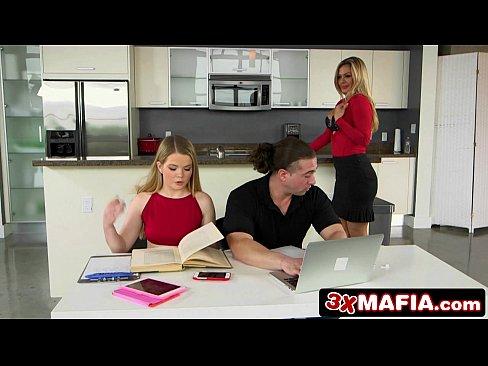 Vídeo erótico das duas morenas na cozinha dando ao garotão
