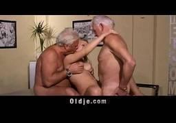 Filha virgem realizando cena de sexo grupal com os tios
