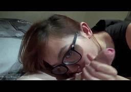 Nerd safada fazendo boquete no pau do namorado pervertido
