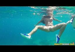 Novinhas gostosas nadando pelada e fazendo sexo