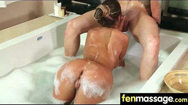 Rabuda ensaboada em porno erótico no chuveiro