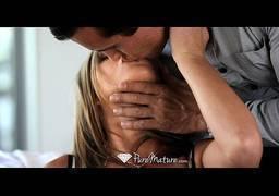 Chupando a buceta de sua namorada muito safada no sofá
