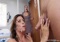 Enfermeira puta fodendo e puxando leitinho do paciente