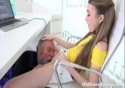 Filha gostosa recebendo oral do seu papai