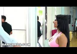 Latina agradando chefe na primeira entrevista de emprego