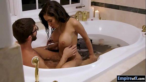 Negra peituda fazendo sexo com namorado no banho