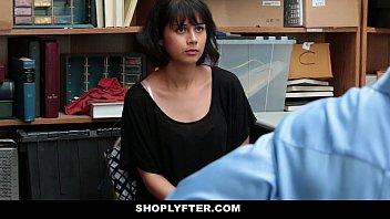 Novinha em sexo online no galpão da loja
