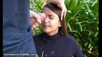 Tarado enchendo a cara da novinha de porra
