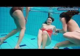 Três gostosas peladas na piscina dançando