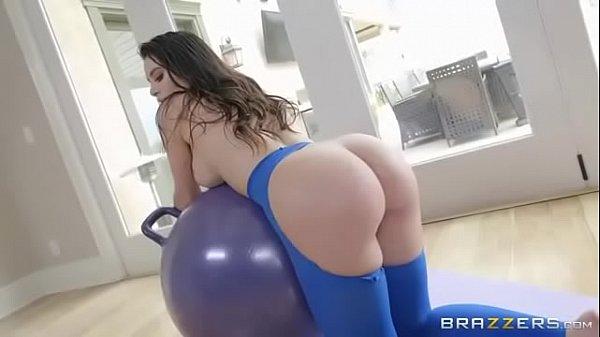 Lana Rhoades em vídeo gostoso dando a pepeca raspada e rosinha