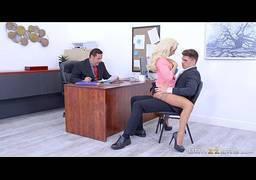 Loira pagando boquete na frente do marido em trabalho