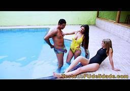 Morena brasileira peituda se exibindo na piscina só de biquíni