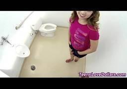 Novinha flagrada fodendo no banheiro da escola