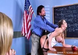 Pai de aluno comendo professoras na reunião