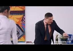 Patrão chupando cuzinho apertado de morena secretaria