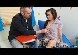 Professor de reforço abusando da sua aluna