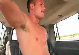 Sexo gay comendo parceiro no carro