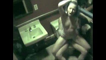 Camera de segurança flagra casal no banheiro do bar