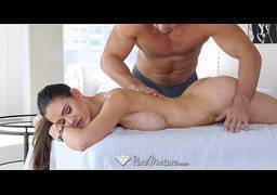 Fazendo massagem e sua namorada muito gostosa e metendo a rola