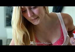 Loira gostosa só de calcinha mostrando os peitos na webcam