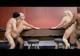 Mulheres loiras realizando foda no cassino