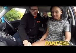 Negra puta trepando muito dentro do carro