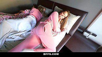 Comendo a amiga das irmãs enquanto elas dormem