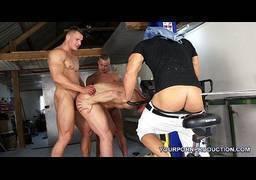 Musculosos fazendo sexo gay com fracote da academia