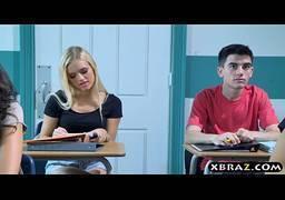 Ninfeta loira gostosa liberando para seu amigo de classe