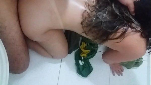 Padrasto fazendo sexo com a enteada no banheiro do hotel durante viagem para a praia
