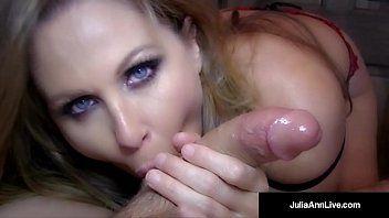 Sexo oral loira dos olhos azuis dando o melhor de si na mamada