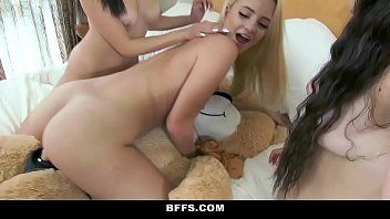 Amigas lésbicas transando com o urso de pelúcia