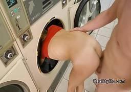 Fudendo loirinha magrinha na lavanderia