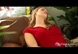 Loira do rosto angelical na putaria com sua webcam