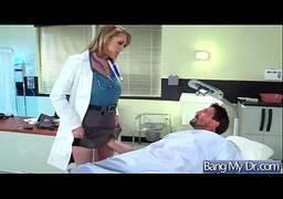 Médica loira gostosa dando a buceta para paciente esperto