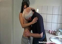 Pai comendo filha novinha magrinha de seios durinhos