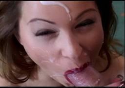 Pedindo leitinho dentro da sua boquinha vermelha