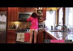 Safado dando uma rapidinha com sua cunhada gostosa na cozinha