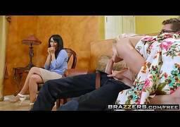 Casal fazendo sexo na frente da cunhada morena gostosa