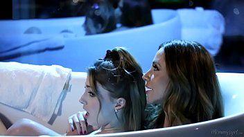 Pegação excitante entre duas mulheres lindas