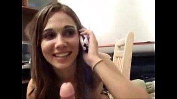 Universitária vadia pagando boquete falando com a mãe no celular